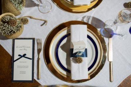 Winterhochzeit Tracht Tisch