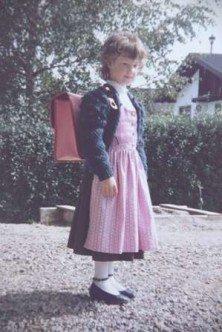 Mariella Feichtinger an ihrem ersten Schultag im Dirndl