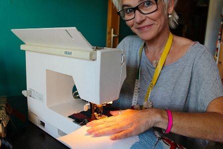 Andrea Sturn an der Nähmaschine