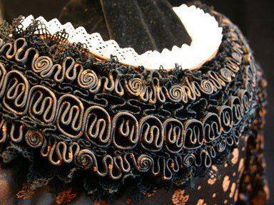 Der Schalk ist ein hochfestliches Trachtengewand der verheirateten Frau und auch Hochzeitsgewand der Bäuerinnen. Der Schalkjanker ist das Oberteil und wird in aufwendiger Handarbeit hergestellt.