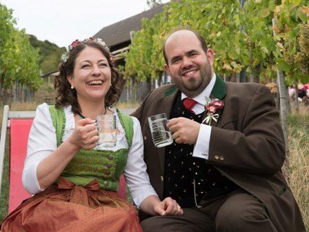 Trachtenhochzeit am Weinberg Brautpaar