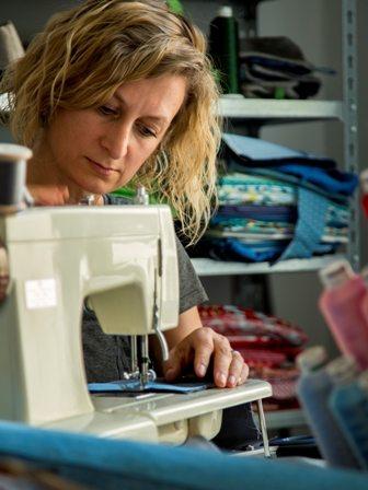 Gabriele Lechner von Mondschein Design an ihrer Nähmaschine