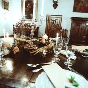Prinzessin für einen Tag - Wedding Style Shooting im Schloss Greinburg mit einem Brautdirndl von Tian van Tastique - Tischdekoration in Creme, Gold und Mocca.