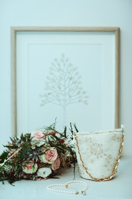 """Prinzessin für einen Tag - Wedding Style Shooting im Schloss Greinburg mit einem Brautdirndl von Tian van Tastique - Weddingtree """"Tree of Love"""" als Gästebuch."""