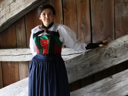 Tatzeln sind Armstulpen, die Teil vieler Tiroler Frauentrachten sind.