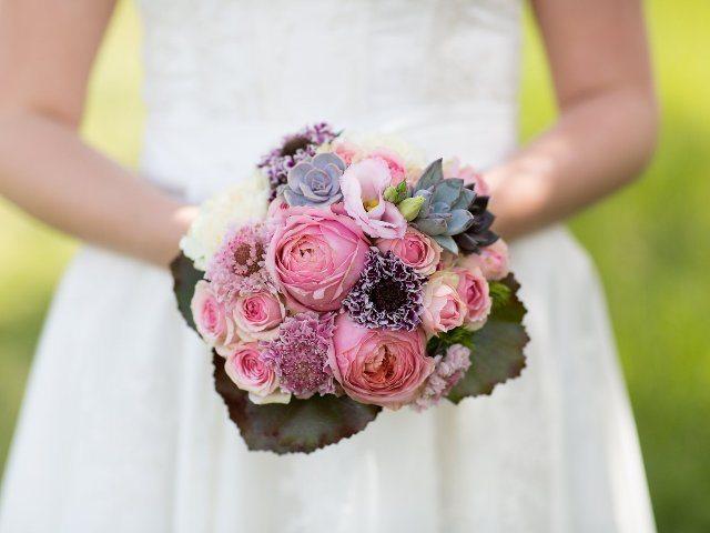 Verträumter Luxus in Tracht: Brautstrauß in Rosa