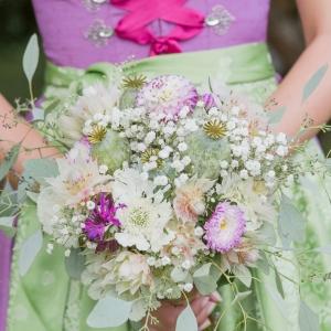 Trachtenhochzeit modern interpretiert Brautstrauß