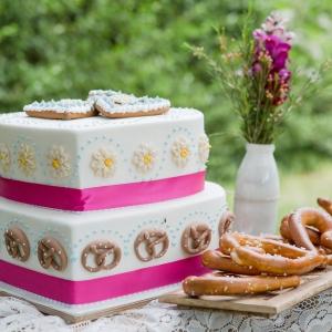 Trachtenhochzeit modern interpretiert Torte
