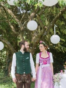 Trachtenhochzeit modern interpretiert Brautpaar