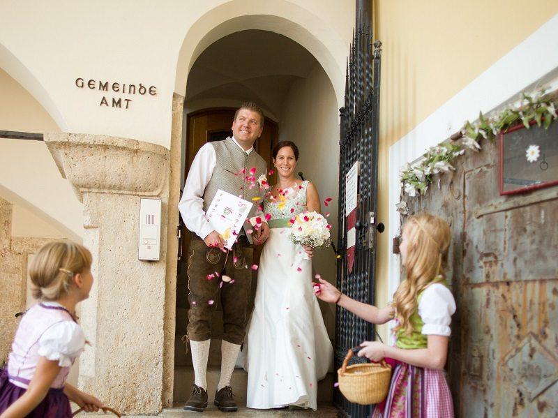 Brautpaar vor Gemeindeamt