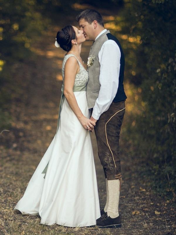 Brautpaar Trachtenhochzeit im weißen Kleid