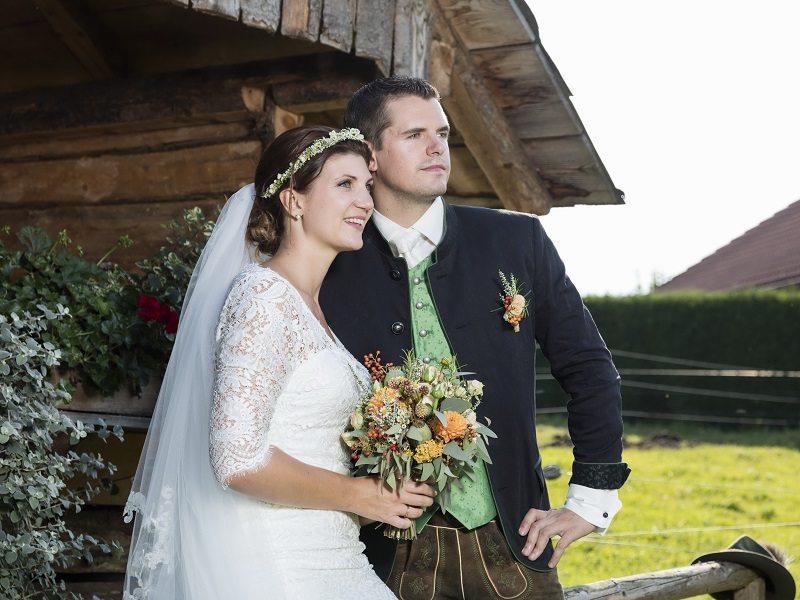 Brautpaar Trachtenhochzeit mit rustikalem Chic