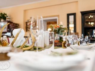 Trachtenhochzeit mit rustikalem Chic Tischdeko