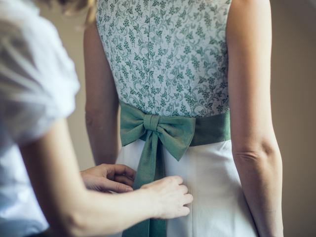 Trachtenhochzeit im weißen Kleid Getting Ready