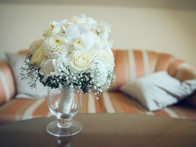Trachtenhochzeit im weißen Kleid Brautstrauß
