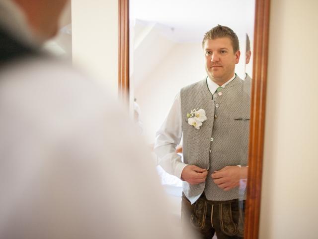 Trachtenhochzeit im weißen Kleid Getting Ready Bräutigam