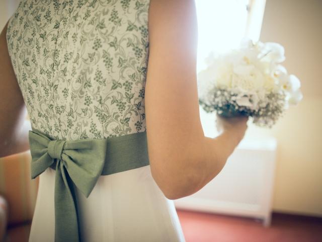Trachtenhochzeit im weißen Kleid Rückenansicht Brautkleid