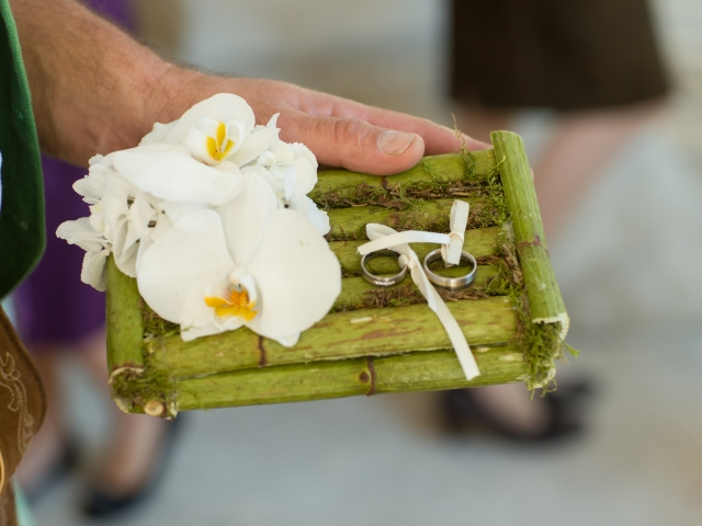 Trachtenhochzeit im weißen Kleid Ringkissen mit Bambus und Orchideen