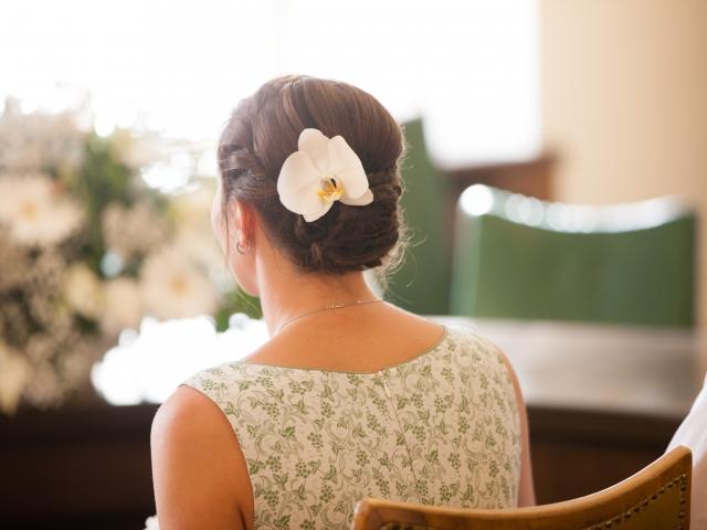 Trachtenhochzeit im weißen Kleid Haarschmuck Orchidee