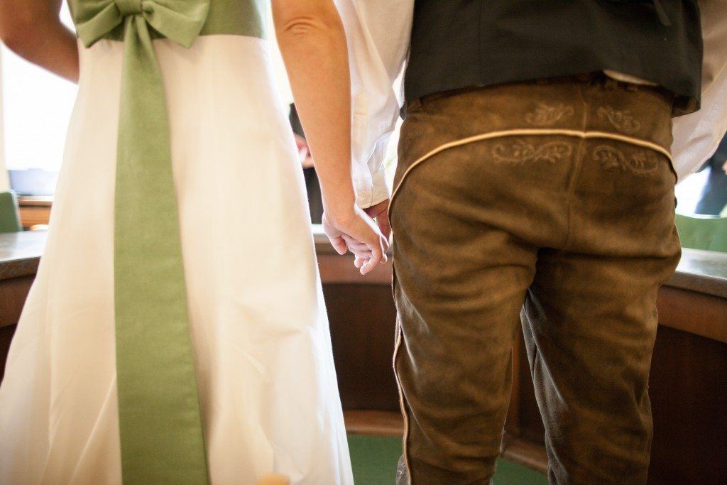 Brautpaar in Tracht vor dem Altar - Fotograf: Andreas Scheiblecker