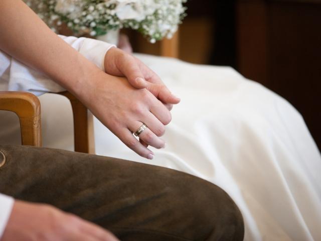Trachtenhochzeit im weißen Kleid Brautpaar
