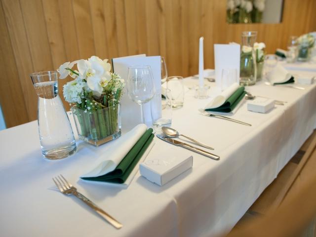 Trachtenhochzeit im weißen Kleid Dekoration Hochzeitstafel