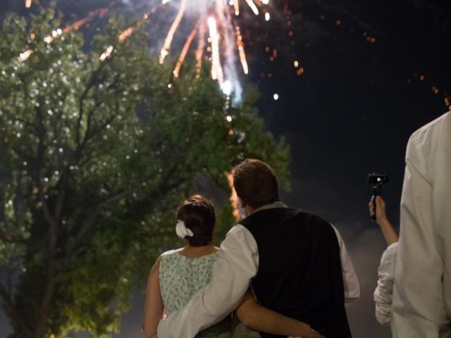 Trachtenhochzeit im weißen Brautkleid Feuerwerk