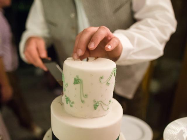 Trachtenhochzeit im weißen Kleid Anschnitt Torte