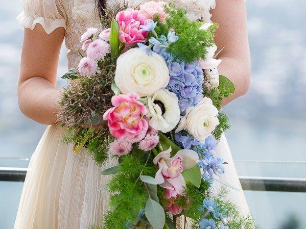 Brautstrauß mit Efeu, Hortensien und Anemonen © Radmila Kerl