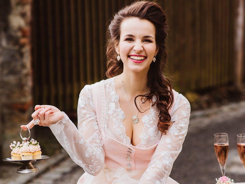 Brautdirndl Shooting Sweet Valentine Rosa Cupcakes