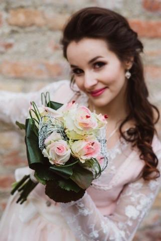 Rosa Brautdirndl Brautstrauß mit Rosen