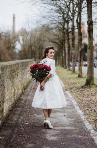 Brautdirndl Ninnerl Dirndl Brautstrauß rote Rosen