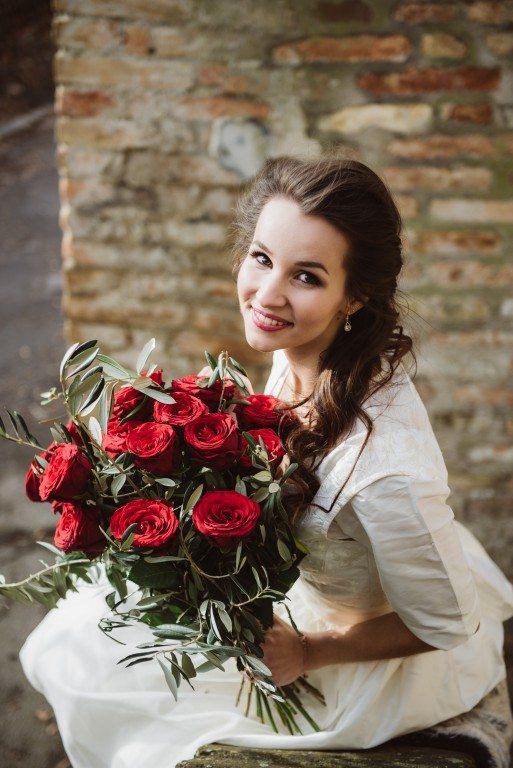 Brautdirndl weiß von Ninnerl Dirndl mit Brautstrauß rote Rosen