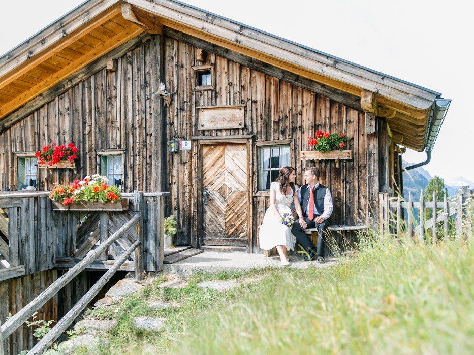 Brautpaar vor Almhütte auf der Kleblealm