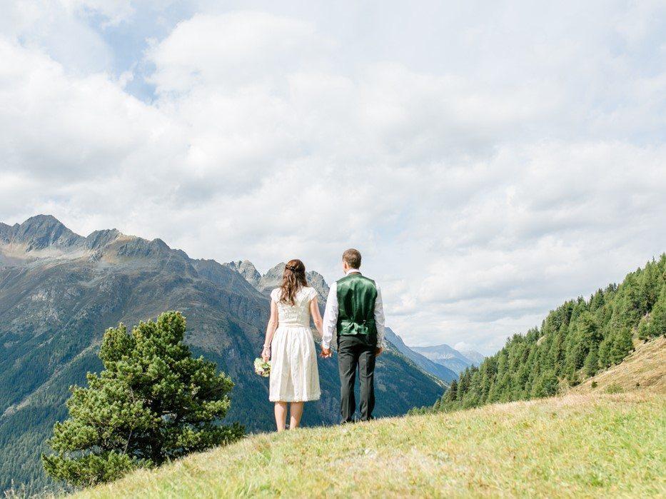 Brautpaar vor Bergkulisse auf der Kleble Alm