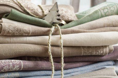 Leinen steht für aus Flachs gewonnene Flachsfasern und für das Gewebe, das aus dieser Faser gewonnen wird. In der Tracht wird Leinen oft eingesetzt.