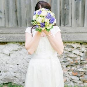 Braut im weißen Brautdirndl