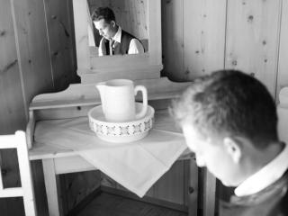 Getting Ready Bräutigam Trachtenhochzeit auf der Alm