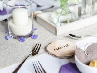 Tischdekoration individuell beschriftete Holzscheiben