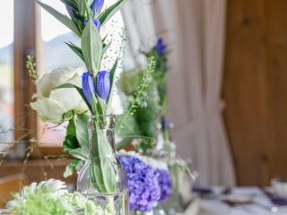Tischdekoration Trachtenhochzeit Weiß und Lila