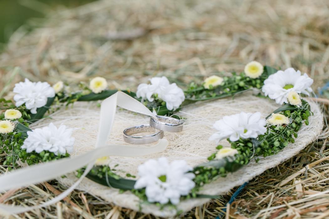 Ringe auf Ringkissen Herz Trachtenhochzeit Heiraten im Dirndl rustikal