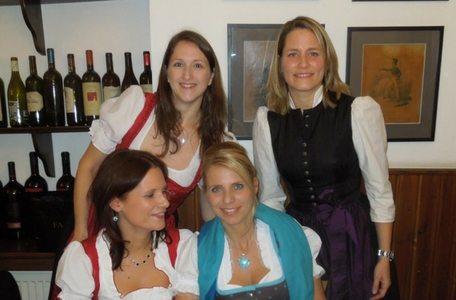 Mag. Sonja Wimmer (stehend rechts) im traditionellen Dirndl