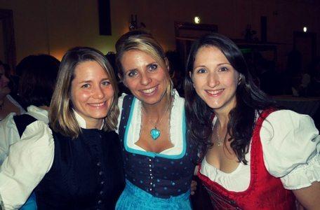 Mag. Sonja Wimmer (li) mit zwei Freundinnen am Steirerball in der Wiener Hofburg