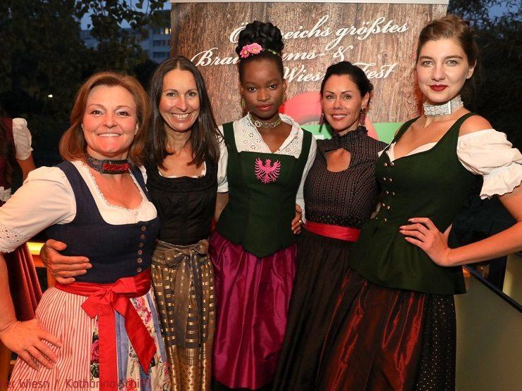 Claudia Wiesner mit den drei Models der Gewinnerinnen. 3. Trachtenaward