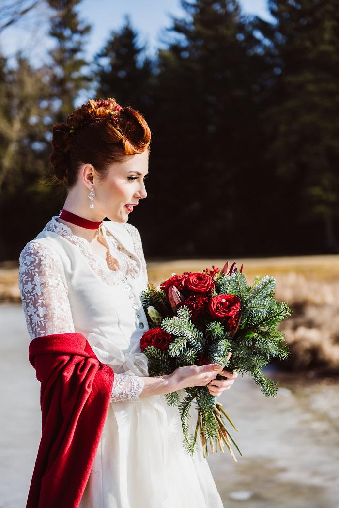 Trachtenhochzeit Im Winter Braut Mit Brautstrauß