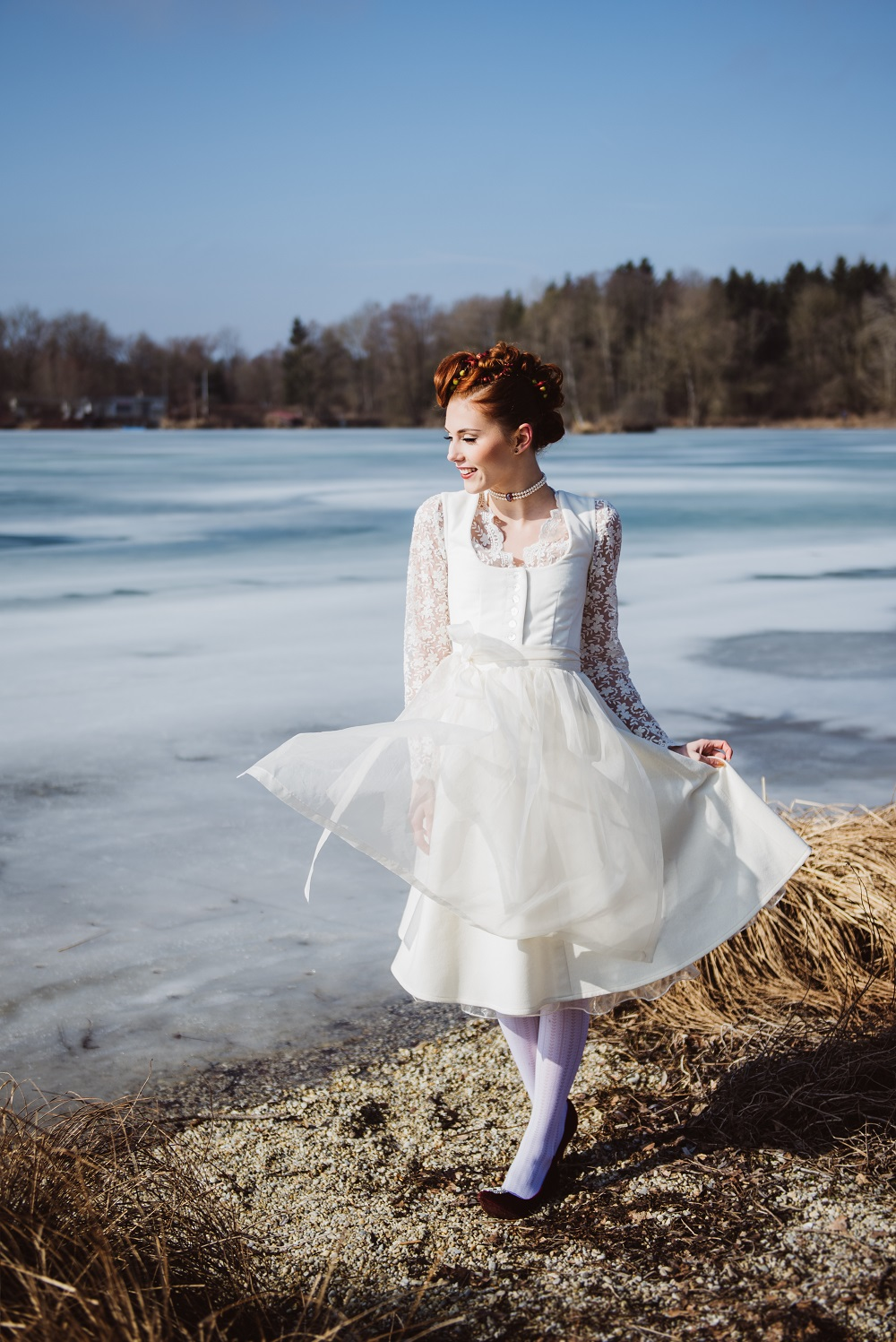 Trachtenhochzeit Im Winter Braut im Brautdirndl