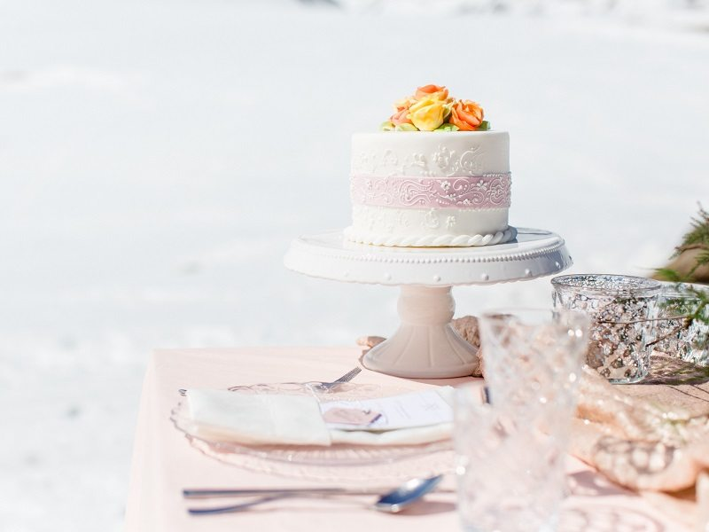 Hochzeitstorte Brautdirndl im Winter Styled Shooting Schönwieshütte