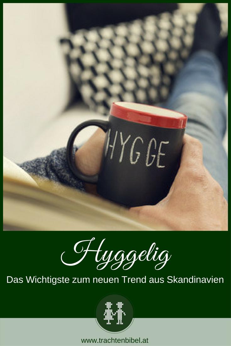 Eine schöne Tasse Tee, ein Schaukelstuhl am Kamin – fürs Hygge-Gefühl ist eine entspannende Atmosphäre zu Hause ganz entscheidend. Hier mehr zum Glücksrezept der Dänen erfahren. #hygge