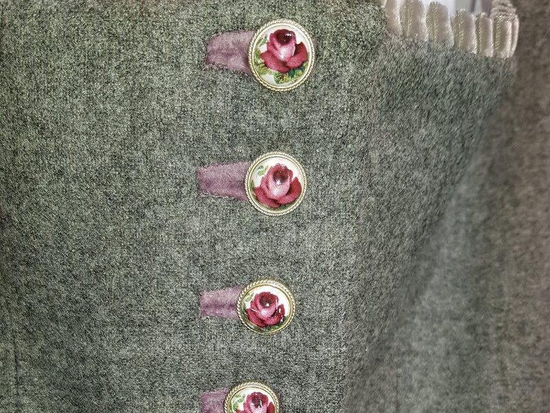 Handbemalte Knöpfe an einem Susanne Spatt Dirndl