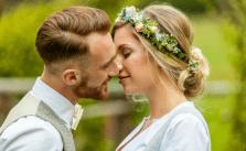 Brautpaar in Tracht küssend